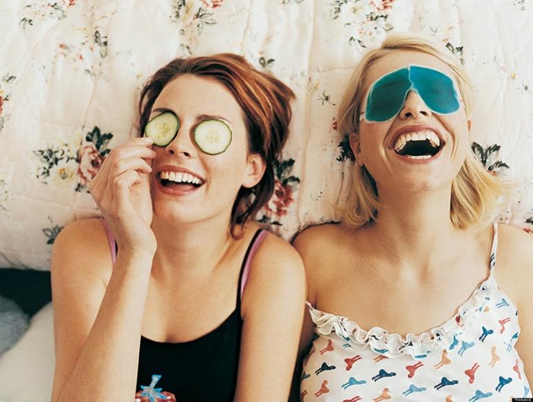 Chicas aclarando sus ojeras con pepino y otros ingredientes