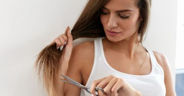 Una chica que lleva el cabello con las puntas abiertas
