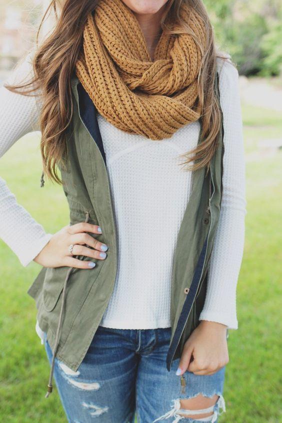 Chica joven con bufanda tejida