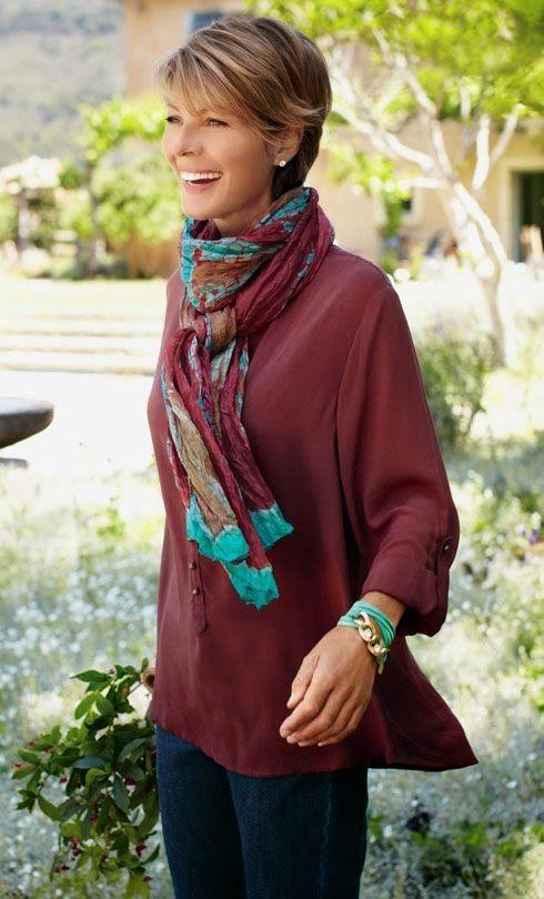 Mujer llevando una bufanda colorida
