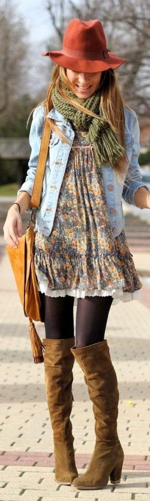 Una chica usando bufanda con chaqueta de jeans