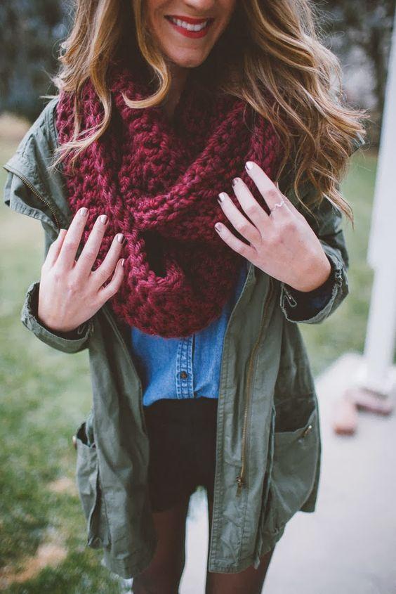 chica con bufanda roja