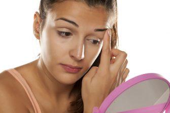 Chica aplicando corrector de ojos casero
