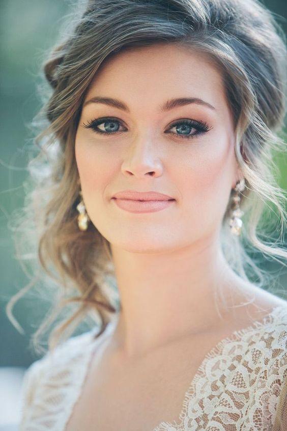 Joven novia luciendo esplendida para su boda con maquillaje de contorno