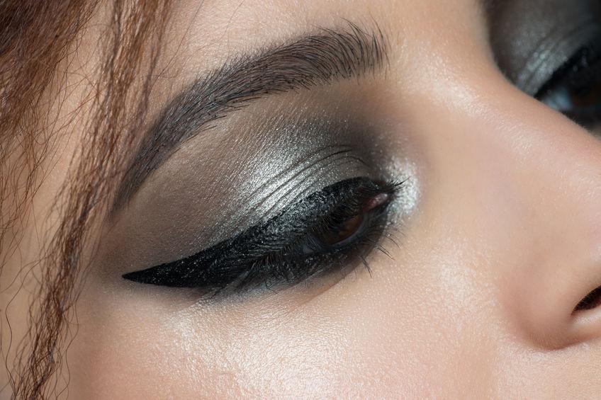 Una chica con mirada impactante con maquillaje de sombra y delineador de ojos
