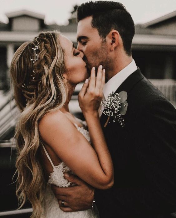Novia besando a su pareja en la boda