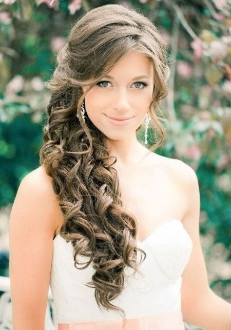Chica joven luce un peinado elegante para la boda