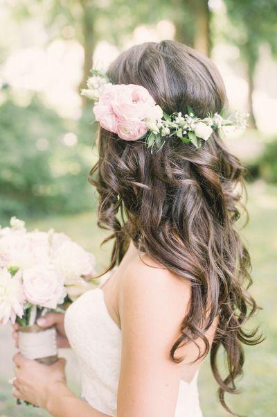 Novia luciendo un peinado con rizos definidos
