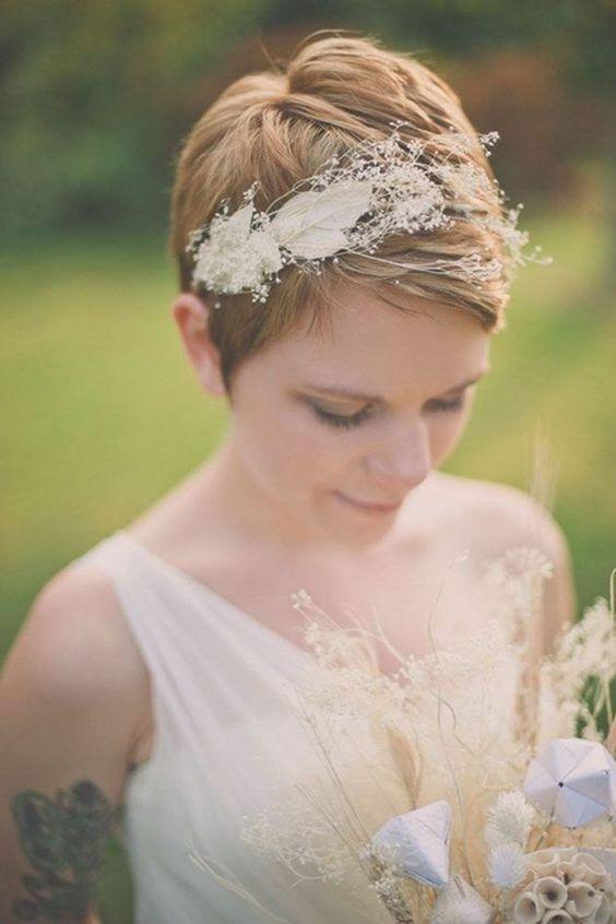 Chica con corte pixie luciendo un peinado de novia encantador
