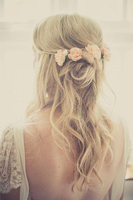 Mujer con cabello largo que deja su melena ondulada en los extremos