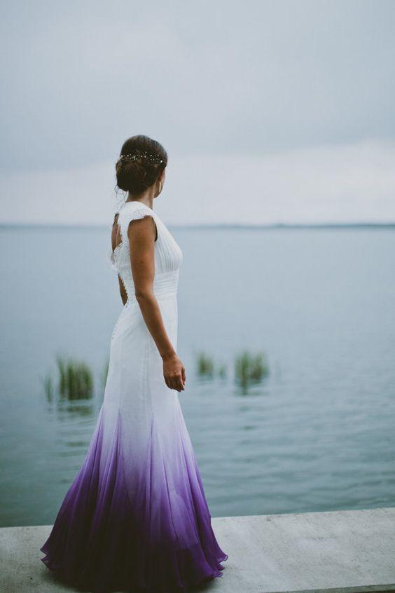 Vestido de novia blanco con degradé de colores violeta