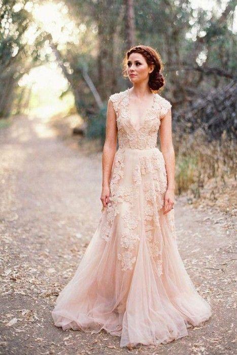 novia con un vestido clásico y bordado para su boda