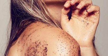 Mujer exfoliando la piel