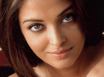 Chica que muestra ojos más grandes gracias al maquillaje que usa