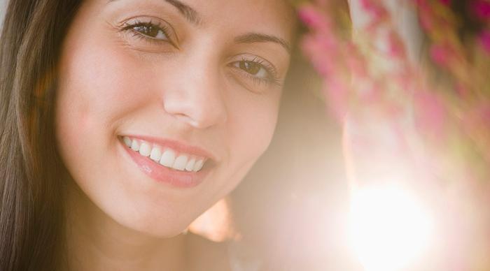 Mujer realiza tratamiento para revertir los poros dilatados