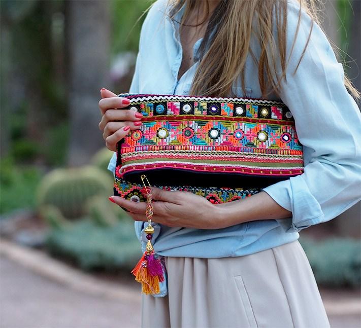una chica llevando su bolso de mano