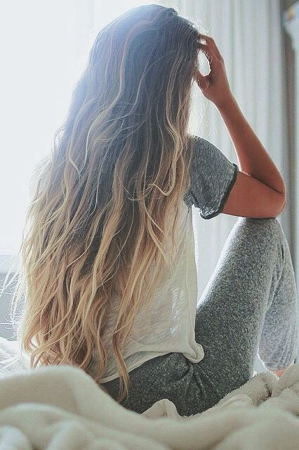 Chica luciendo sus cabellos brillantes