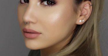 Chica se aplica crema para el contorno de los ojos