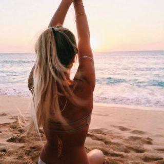 Chica en la playa que cuida su cabello para evitar daños en el pelo