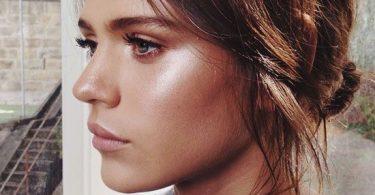 una chica luciendo un maquillaje de día para verse más natural