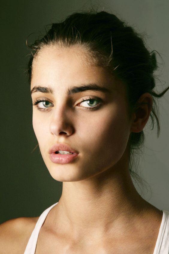 Chica que usa avena para mejorar el aspecto de su rostro