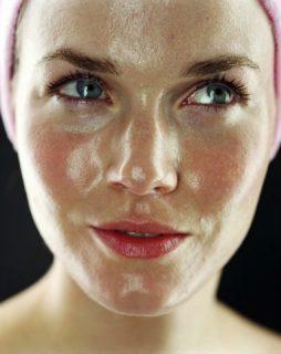 chica guapa realizando rutina de belleza noctura para tratar las pieles grasas