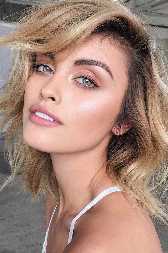 Chica que aplica trucos de maquillaje para lucir impecable