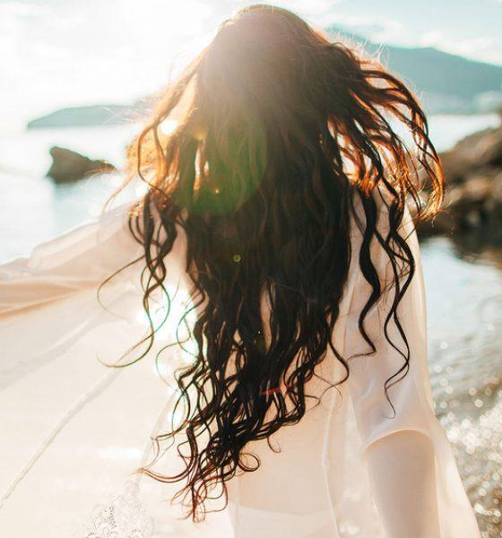 Cómo proteger tu cabello del sol, el cloro y agua salada