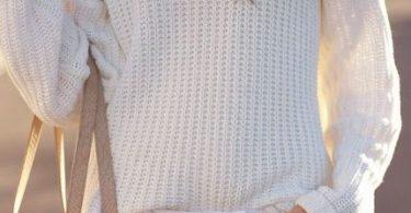una mujer con ropa de invierno de color blanco