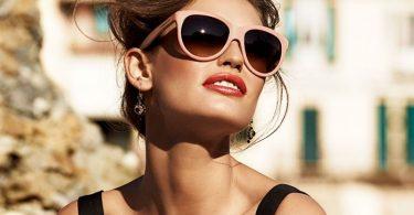 Una chica con gafas de sol