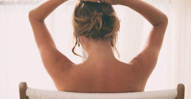 Mujer que tiene la espalda libre de espinillas