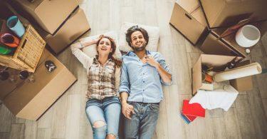 Una pareja mudándose