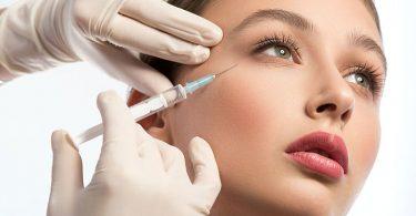 mujer siendo inyectada con botox en su rostro