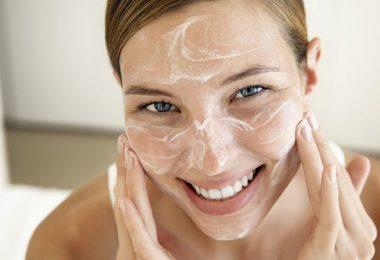 mujer aplicando productos en su rostro para fortalecer la piel