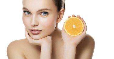 mujer de piel suave con una naranja buena para combatir la flacidez en la piel