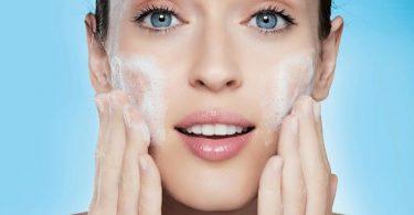 mujer aplicando métodos de limpieza de la piel
