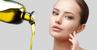 mujer aplicando aceites naturales para el rostro