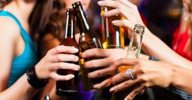 mujeres con bebidas alcohólicas con efectos del alcohol en la piel
