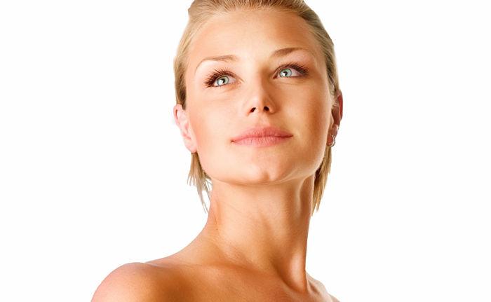 mujer con piel fuerte y saludable