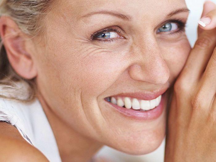 mujer mayor con arrugas y piel madura saludable