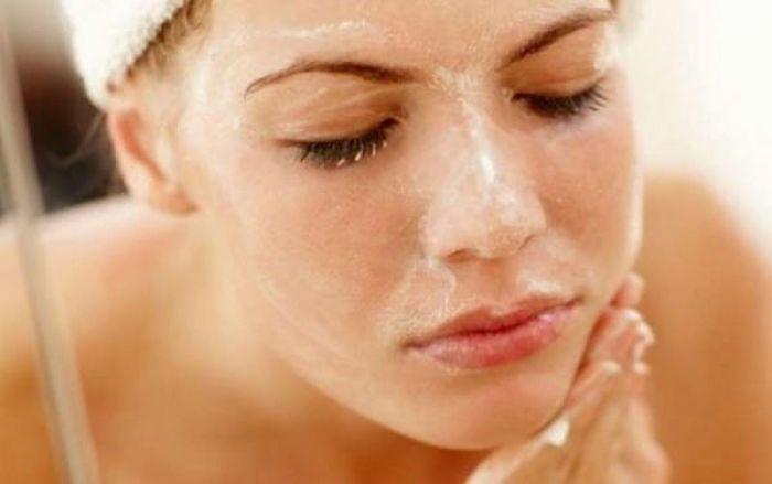 mujer aplicando una mascarilla casera para cuidar su piel