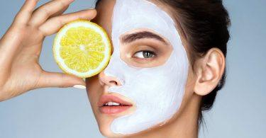 Mujer aplicando limón a su piel para mejorar la salud de la piel