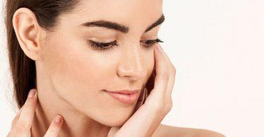 mujer con piel saludable por los beneficios de los aminoácidos