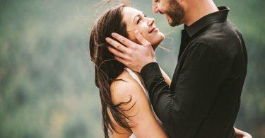 Pareja joven enamorada abrazándose y mirándose, ¿por qué nos enamoramos?