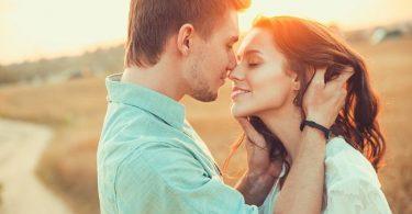 Pareja joven dándose un beso porque besar es saludable