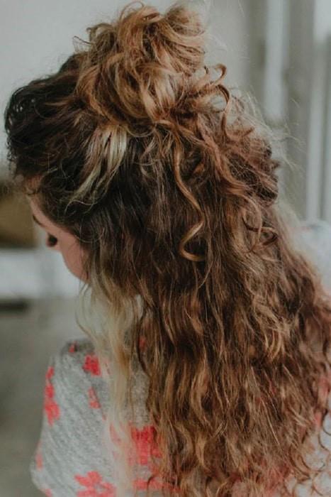 Peinado en moño con rizos