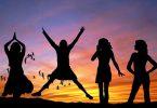 Siluetas de 4 mujeres felices con atardecer de fondo, se feliz y aprende a mejorar tu autoestima