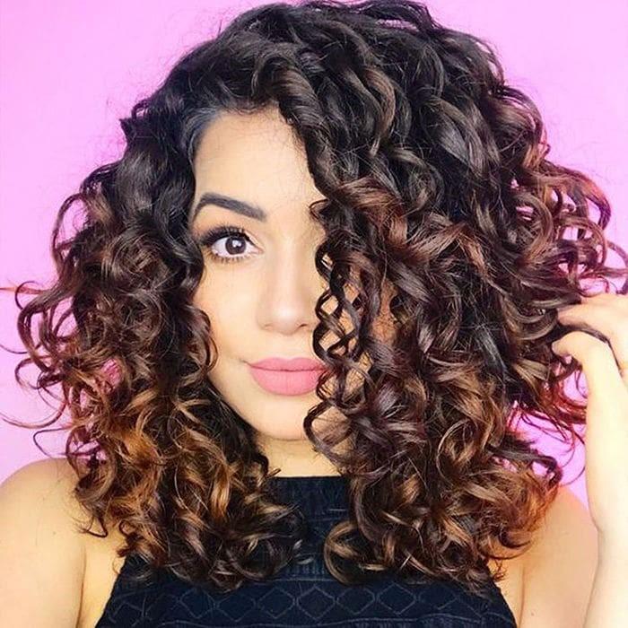 Corte de cabello en capas para cabello rizado