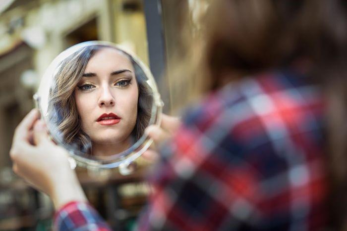 Descubre tu forma de rostro frente al espejo