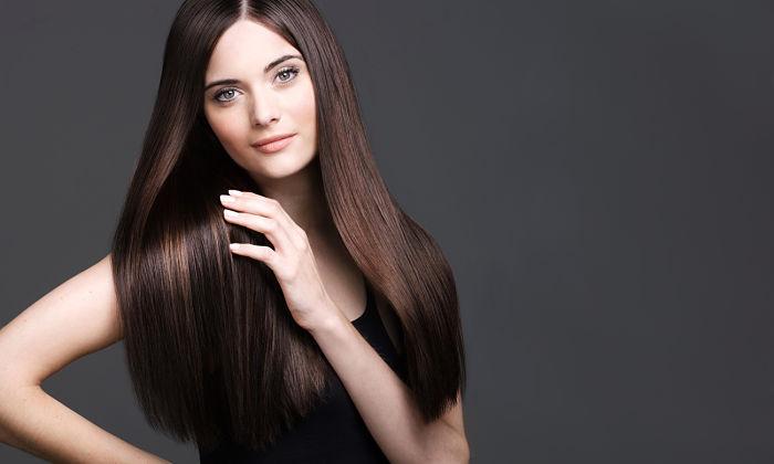 Mujer joven con cabello alisado y brillante, tips para planchar el cabello